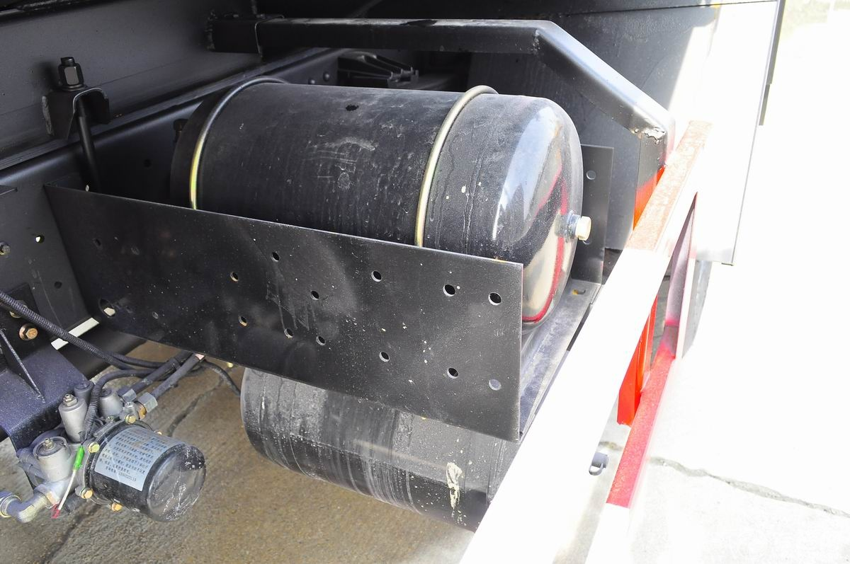 東風145灑水車儲氣罐