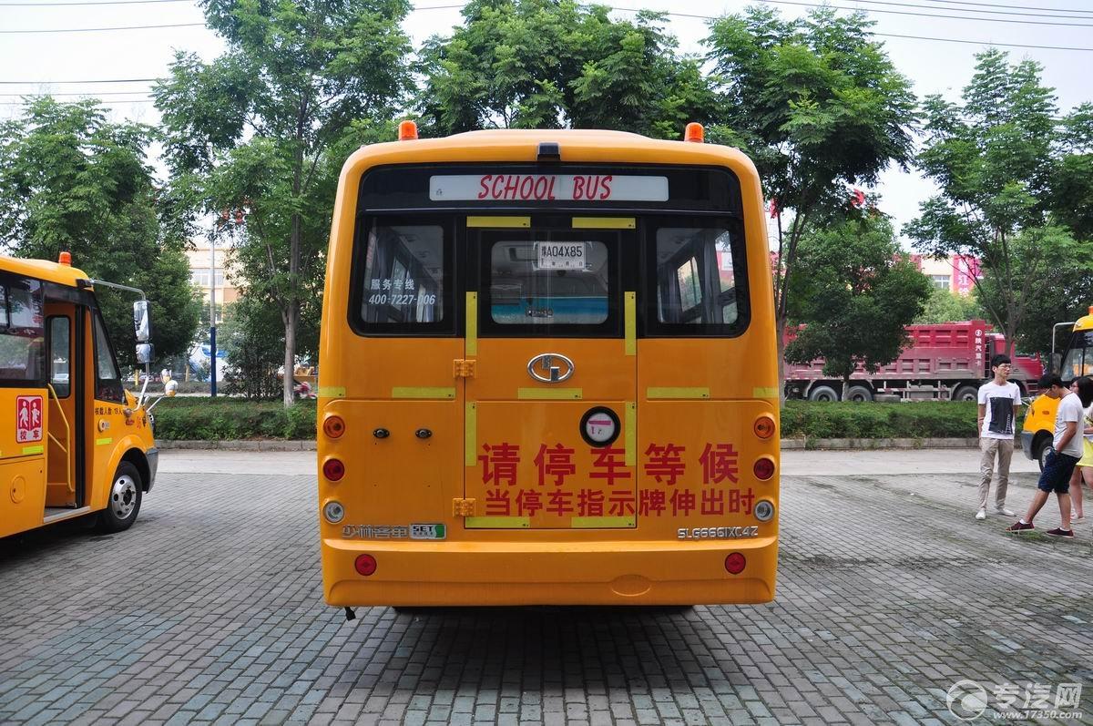 少林36座幼儿园校车后面