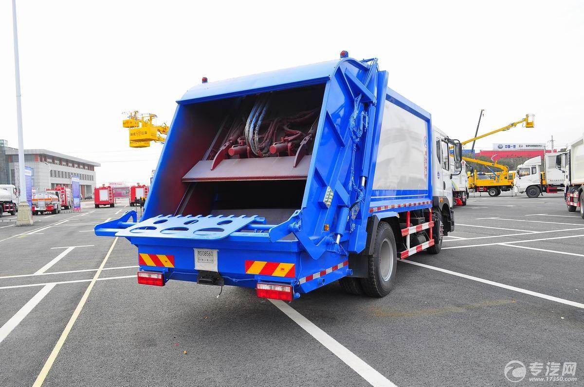 东风多利卡D9压缩式垃圾车右后45°图