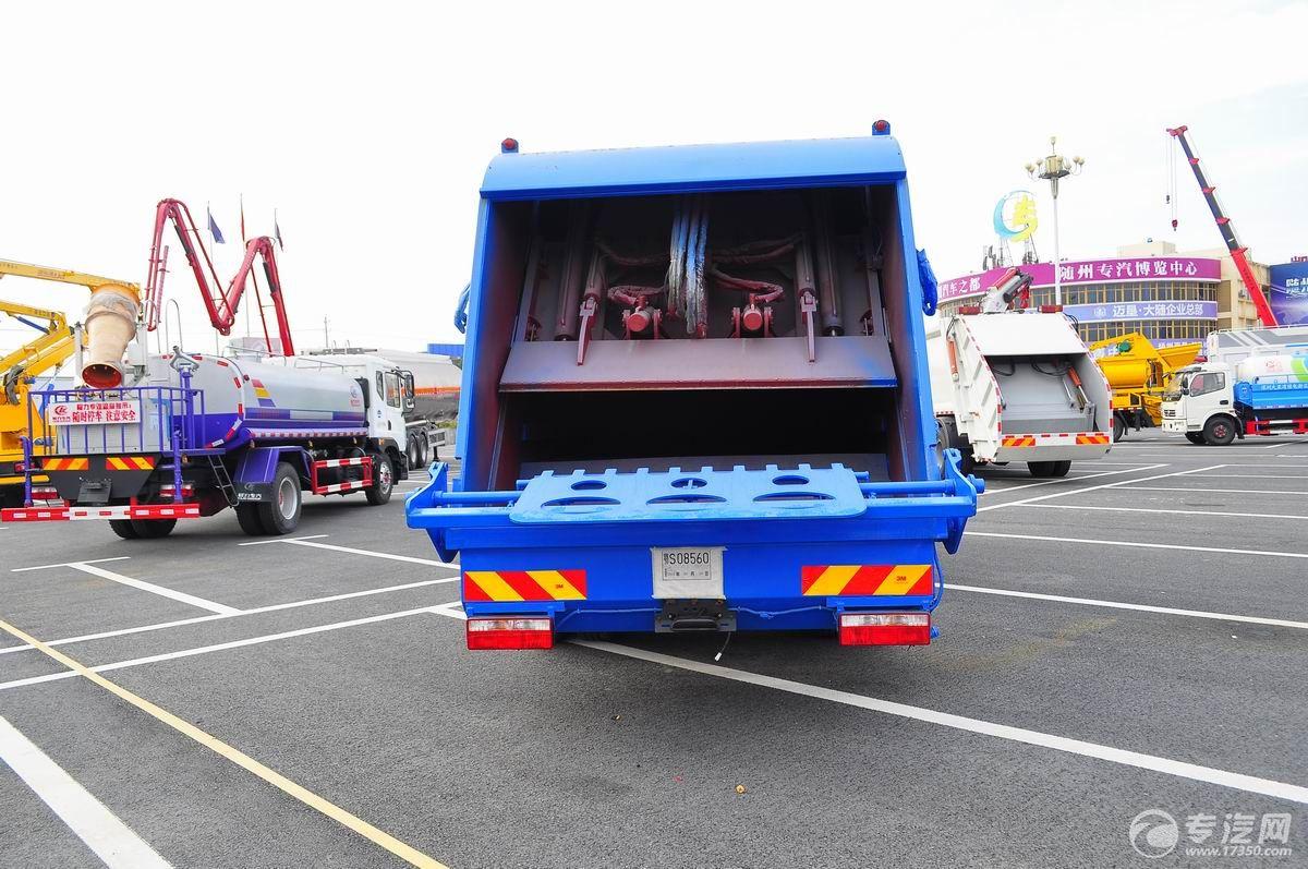 东风多利卡D9压缩式垃圾车后面图