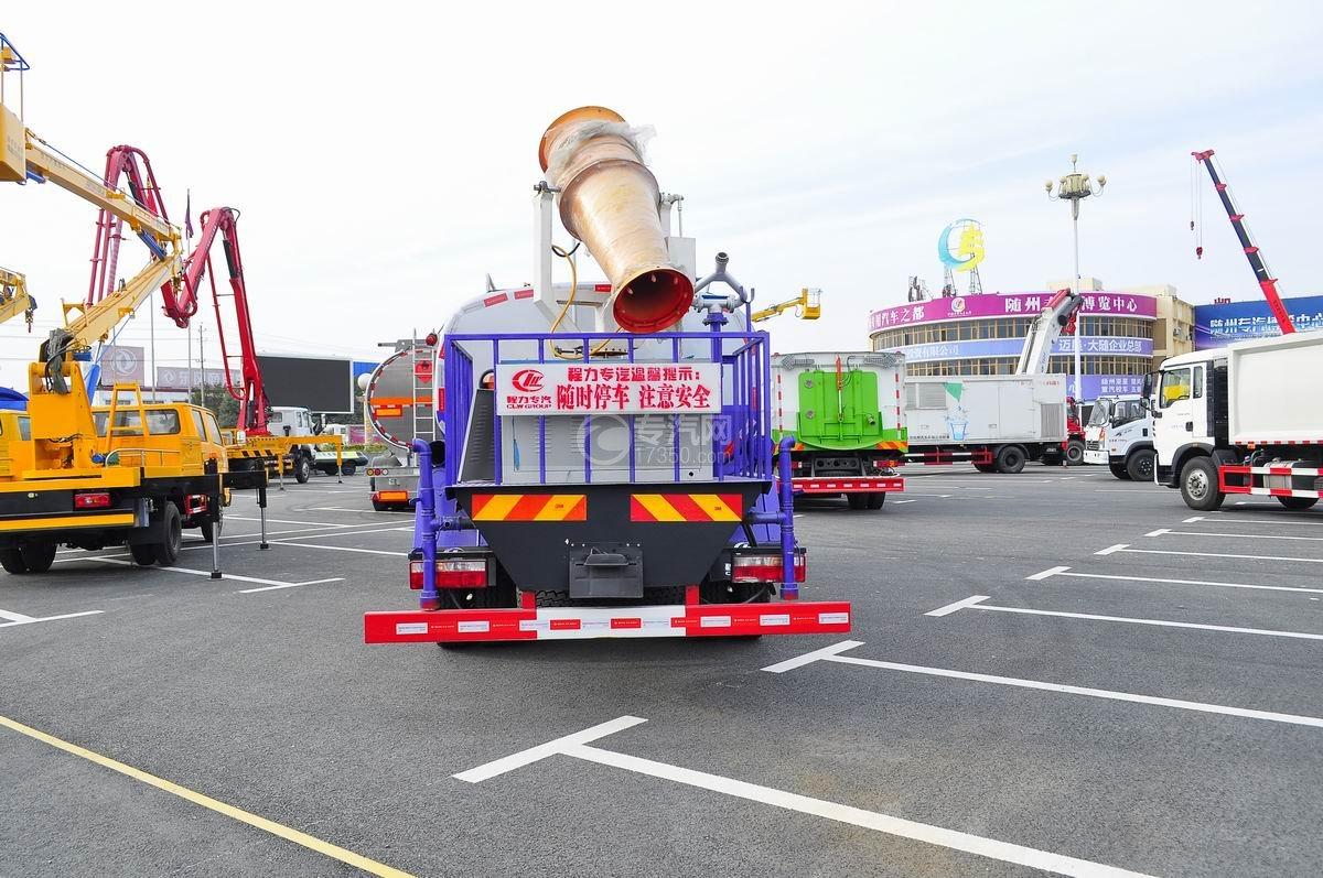 东风D9洒水车带喷雾装置后面