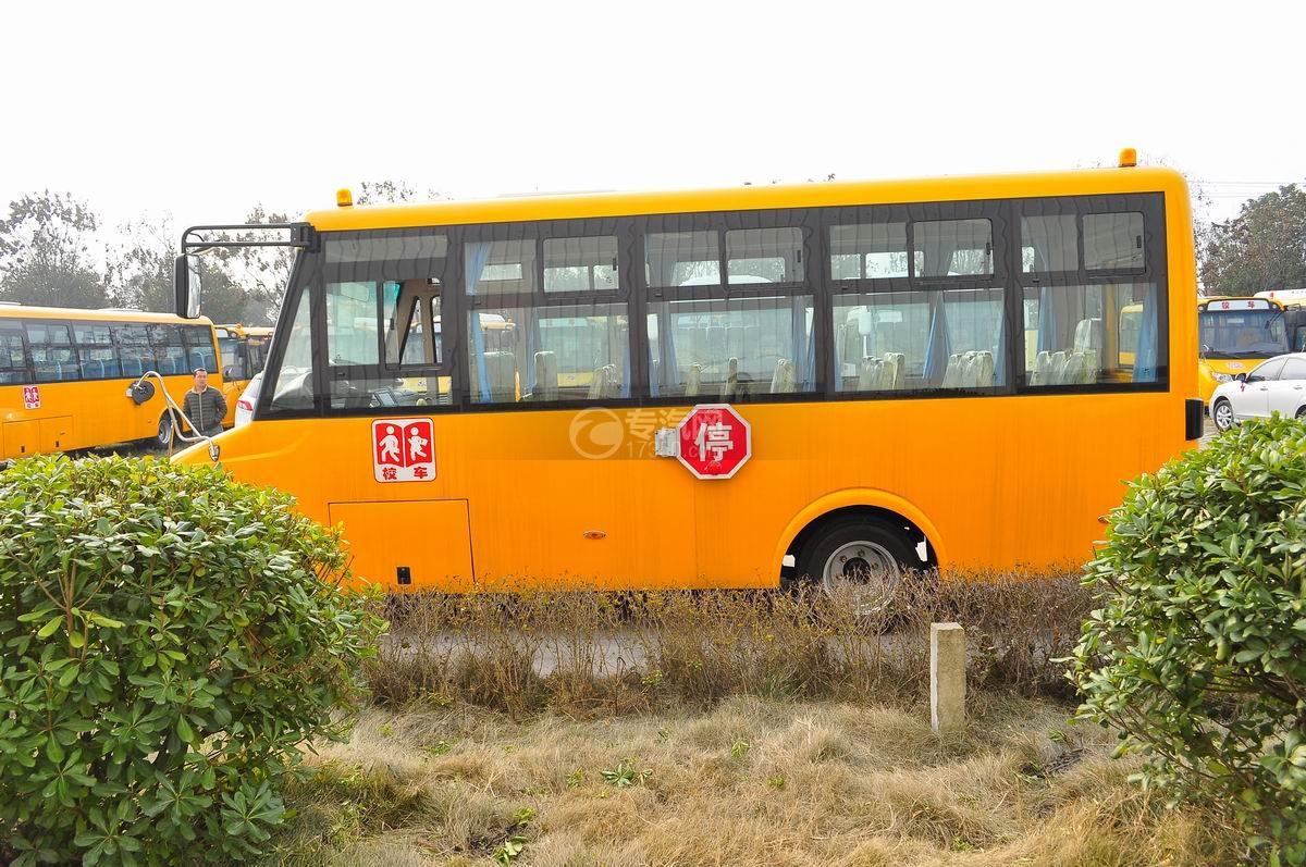 楚风34座幼儿园校车外观左面