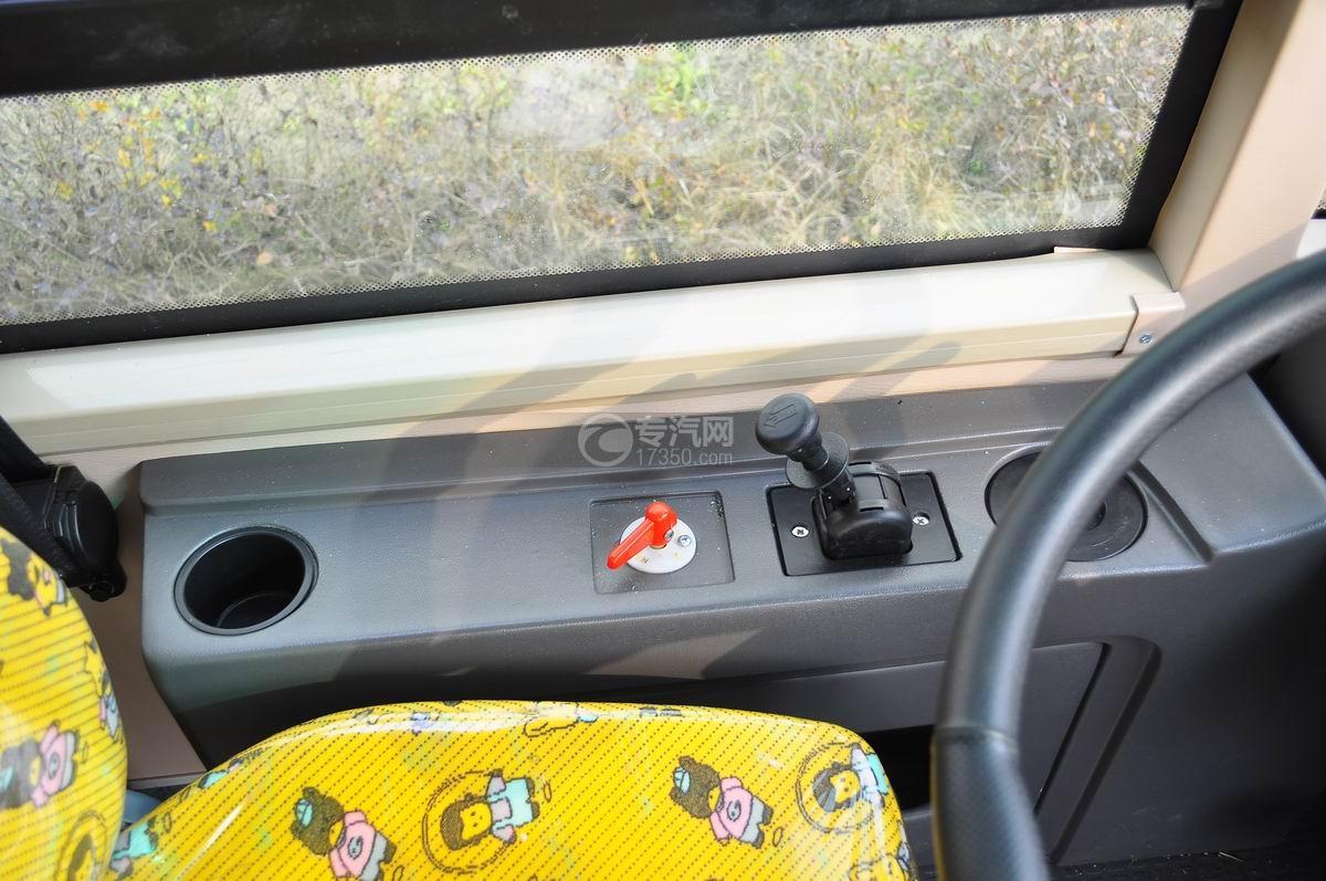 楚风34座幼儿园校车驾驶室左手边操作台