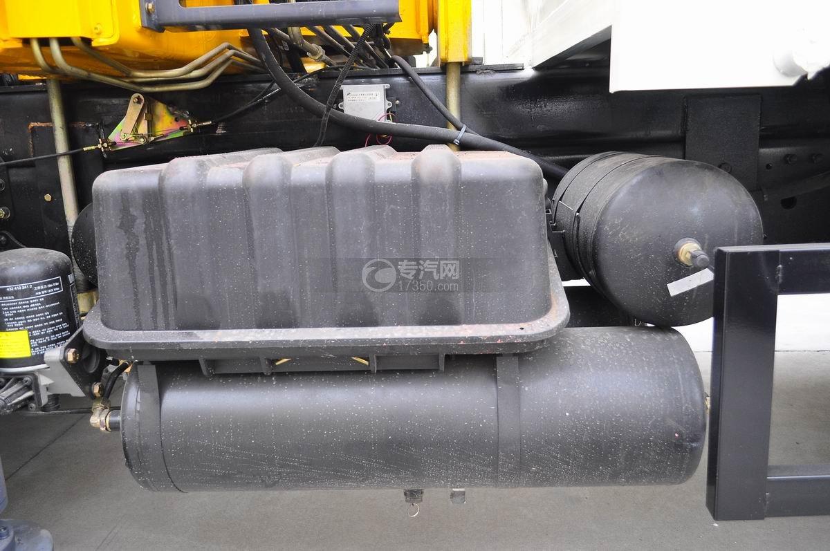 福田欧曼ETX后双桥10吨随车吊电瓶与气刹坛子