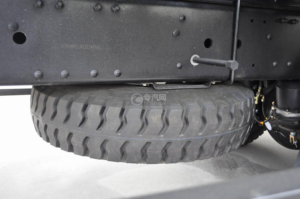 福田欧曼ETX后双桥10吨随车吊备用车胎