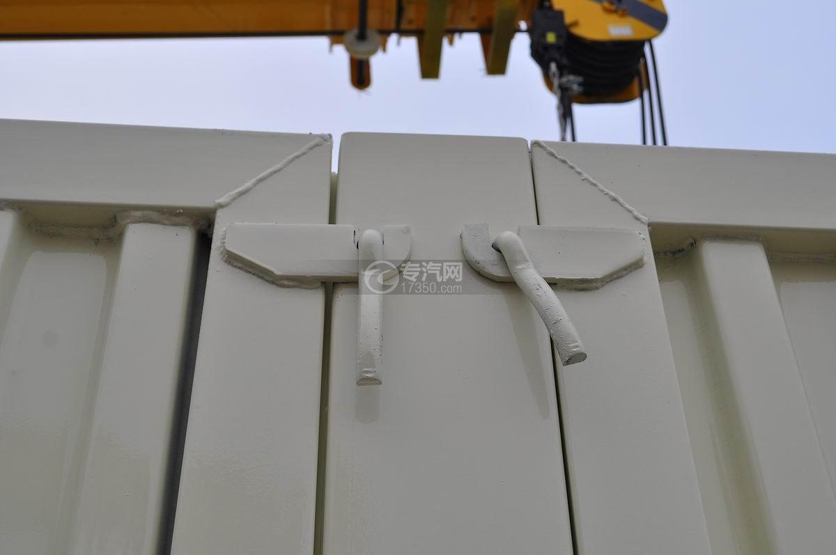 福田欧曼ETX后双桥10吨随车吊栓紧装置