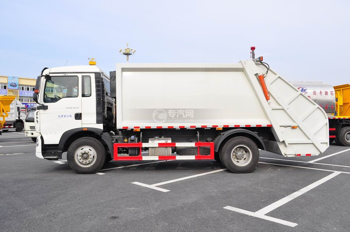 重汽豪沃单桥压缩式垃圾车左侧面图