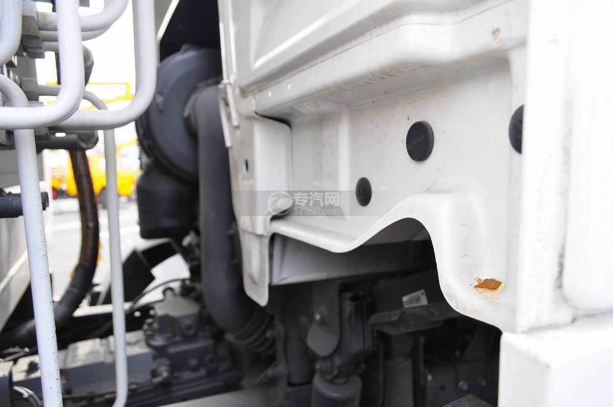 重汽豪沃单桥压缩式垃圾车驾驶室翻转机构
