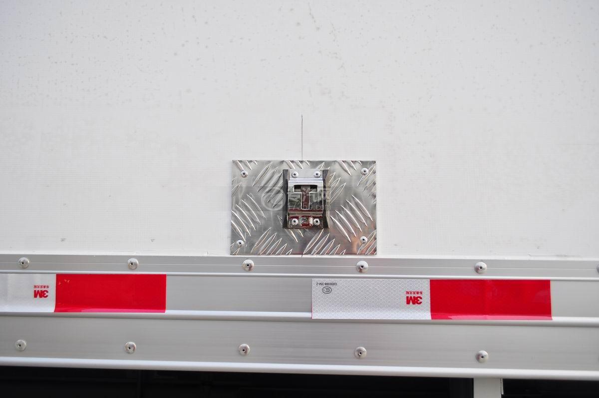 庆铃五十铃FVZ后双桥冷藏车厢体防刮伤部件