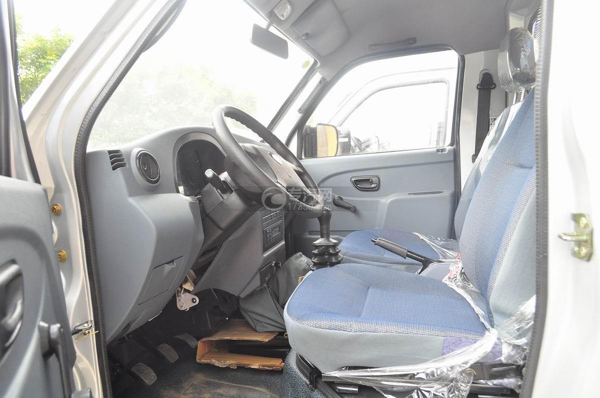 成都重汽王牌W1冷藏车驾驶室全貌