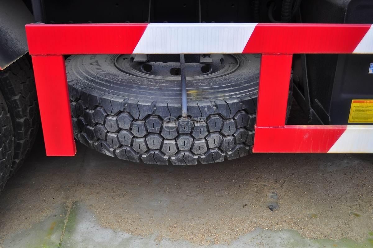 解放J6后双桥355马力自卸车备胎