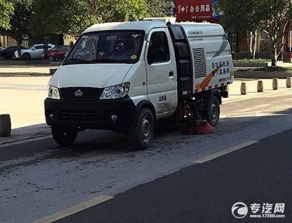 鹤峰首台扫路车投用 促进卫生城市创建
