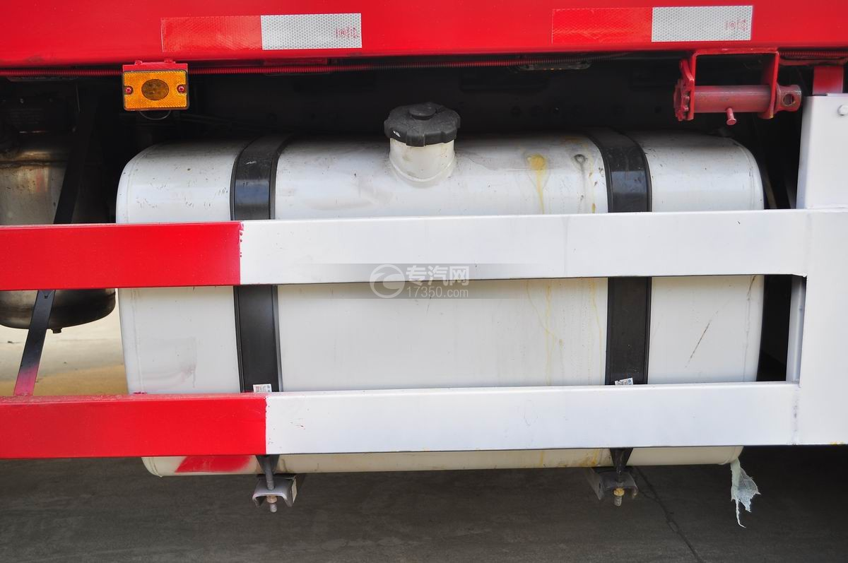 解放J6P前四后八平板运输车大号油箱