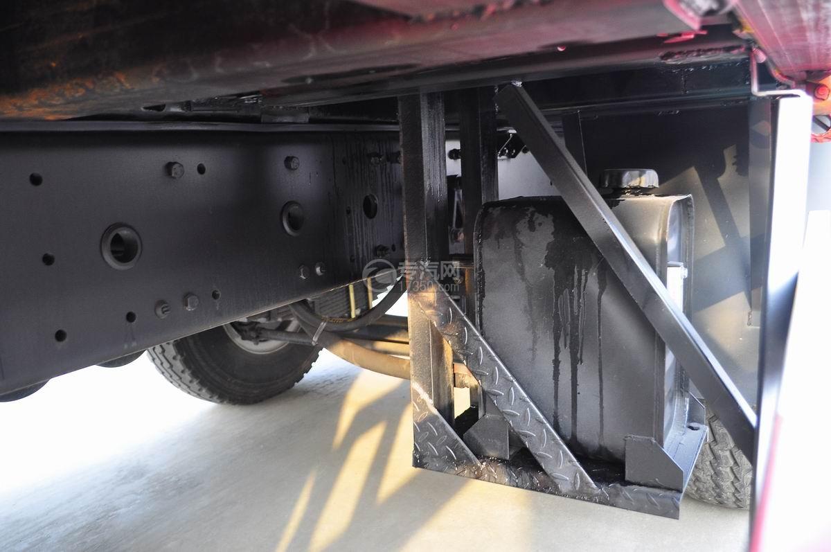 解放J6P前四后八平板运输车液压油箱
