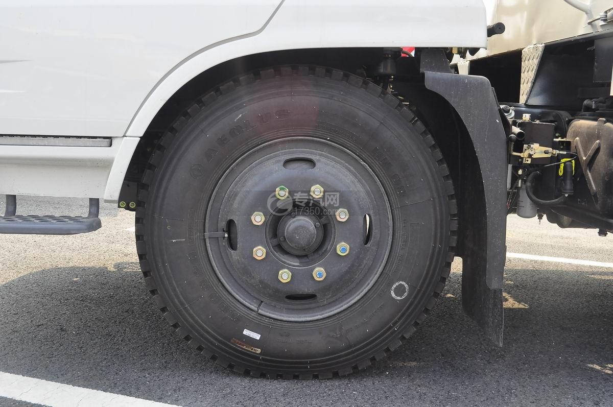 东风天锦7.6米流动舞台车轮胎