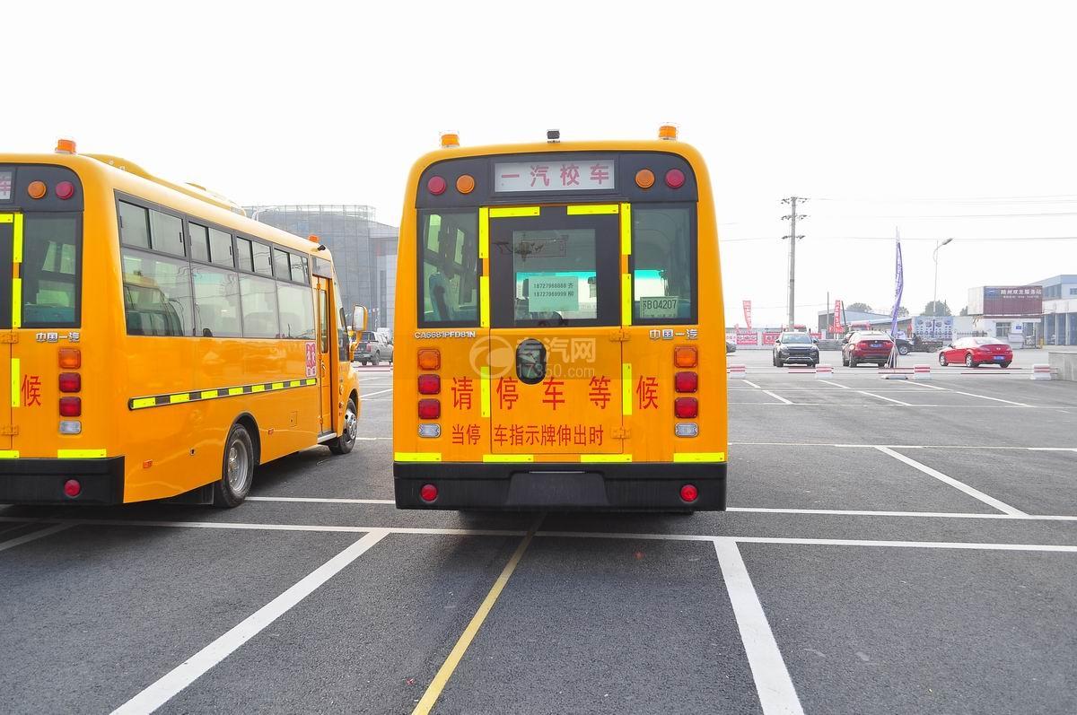 解放31座幼儿园校车后面