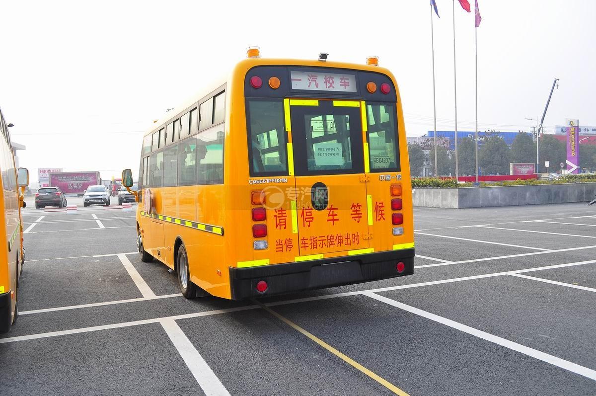解放31座幼儿园校车左后面