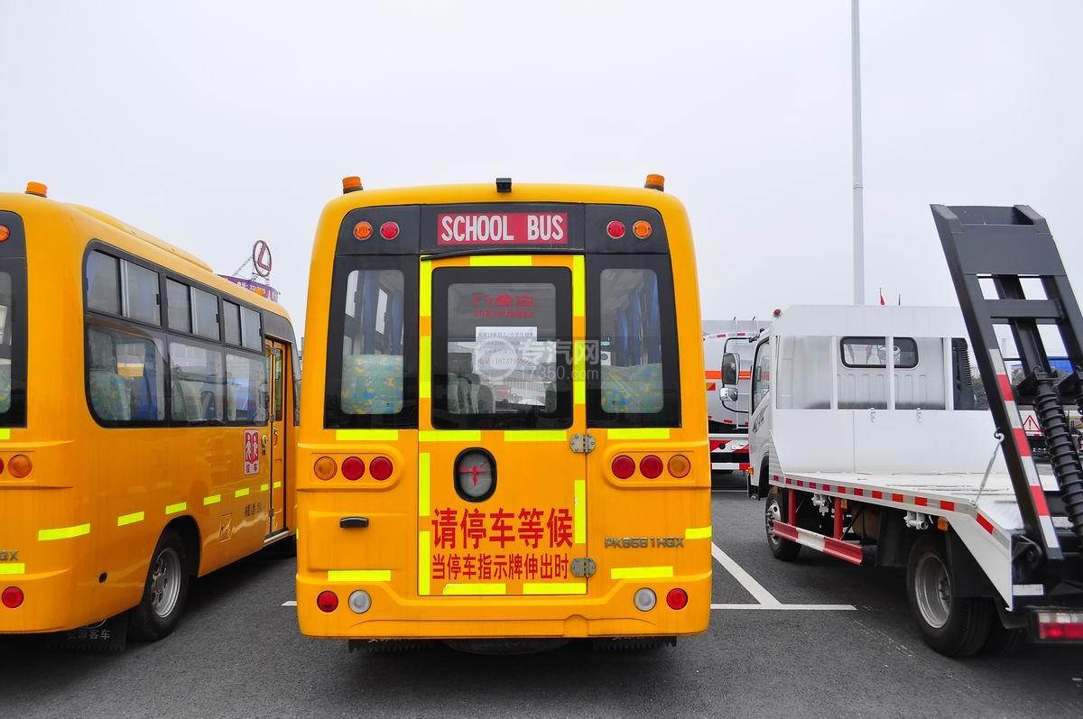 安源19座幼儿园校车后面