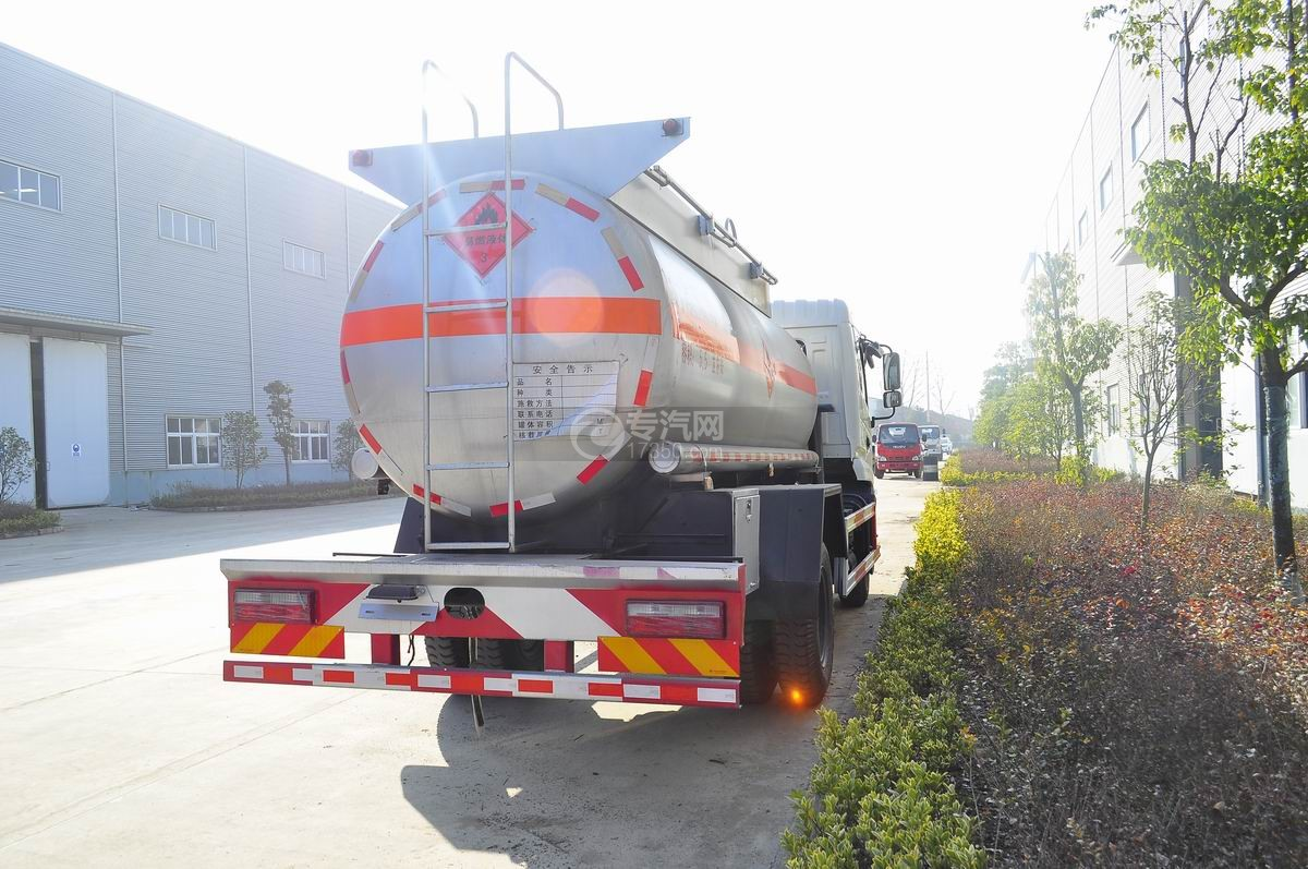 东风特商5.5方易燃液体罐式运输车右后图