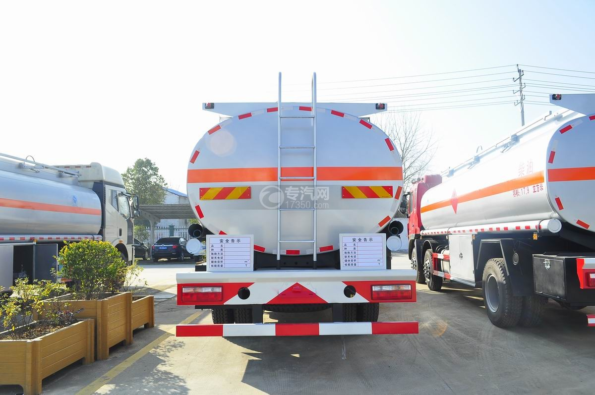 东风特商小三轴23方洗井液运输车后面图