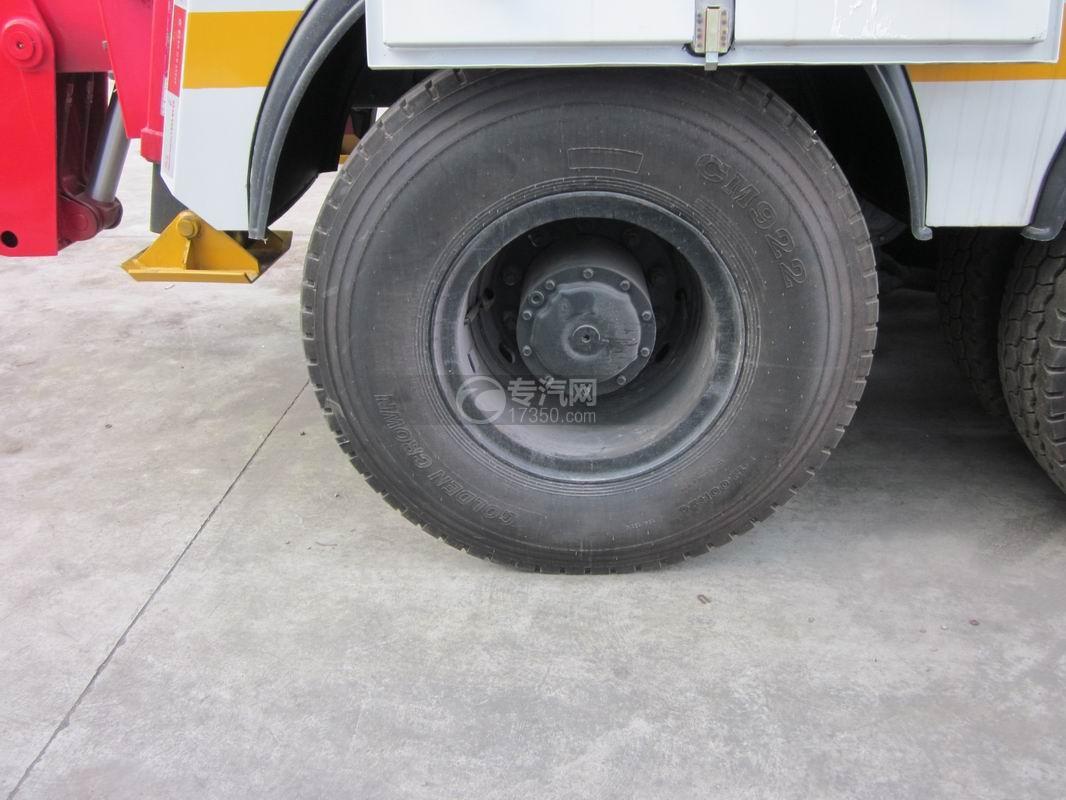 北奔重卡V3前四后八拖吊连体清障车轮胎