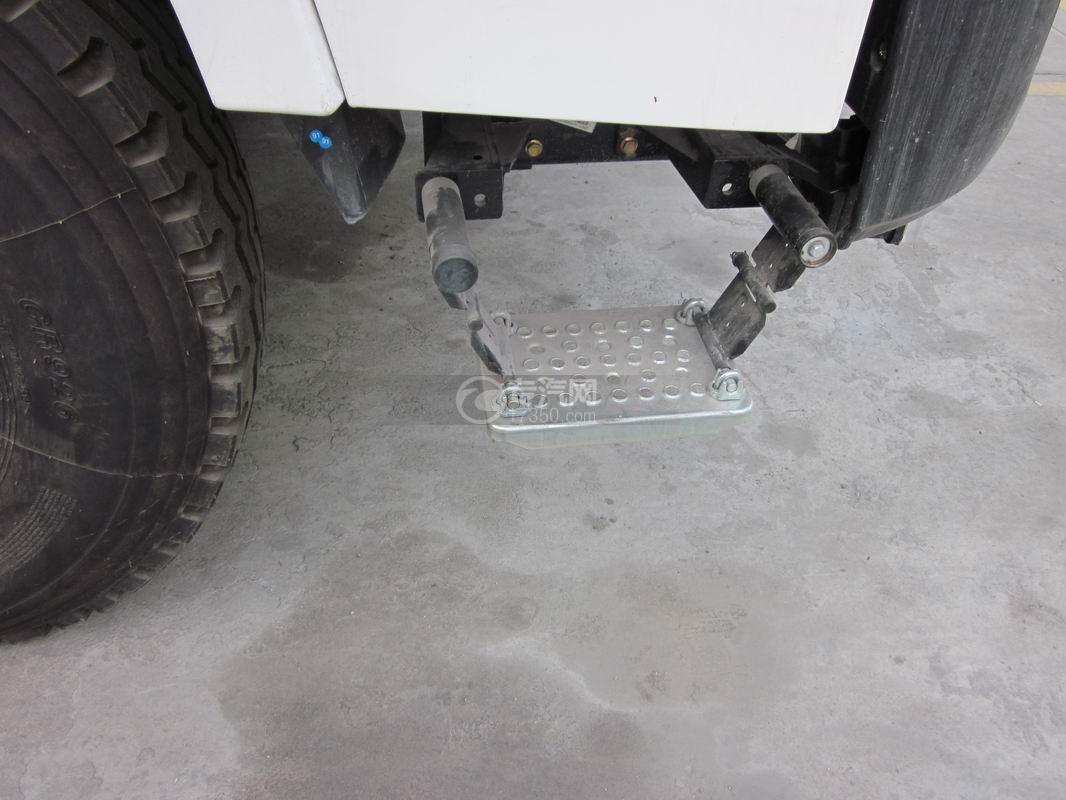 北奔重卡V3前四后八拖吊连体清障车上车踏板