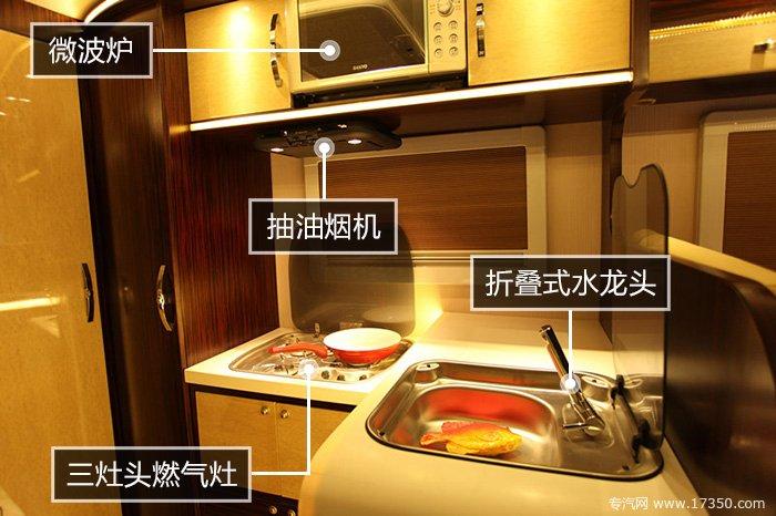逐夢N750房車廚房,有微波爐、洗手池、燃氣灶、吸油煙機