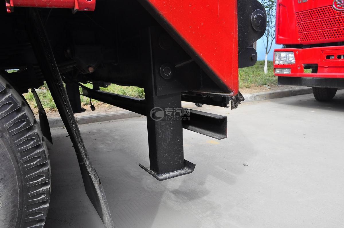 重汽豪曼单桥平板运输车液压支腿