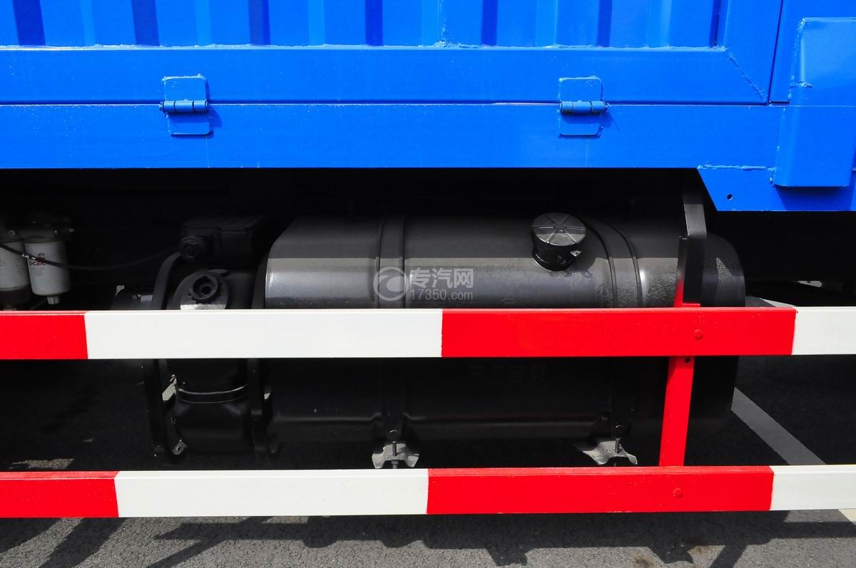 东风153小三轴徐工12吨直臂随车吊尿素罐及油箱