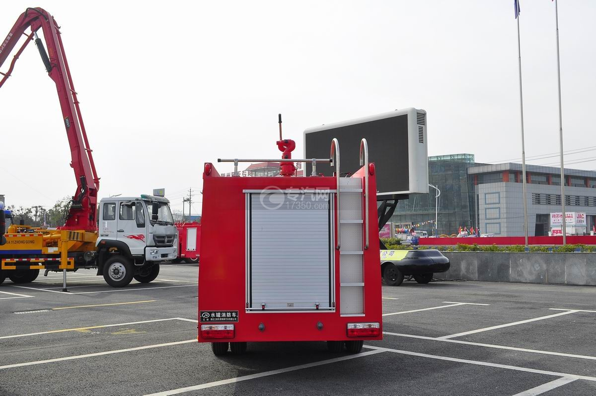 东风凯普特水罐消防车后面图