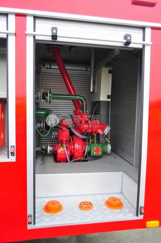 五十铃水罐消防车消防泵室