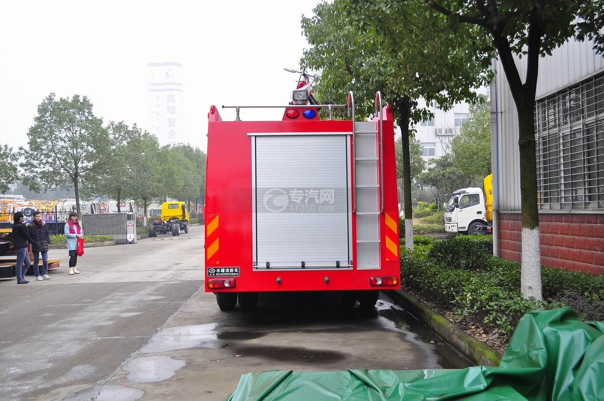 东风153水罐消防车后面图