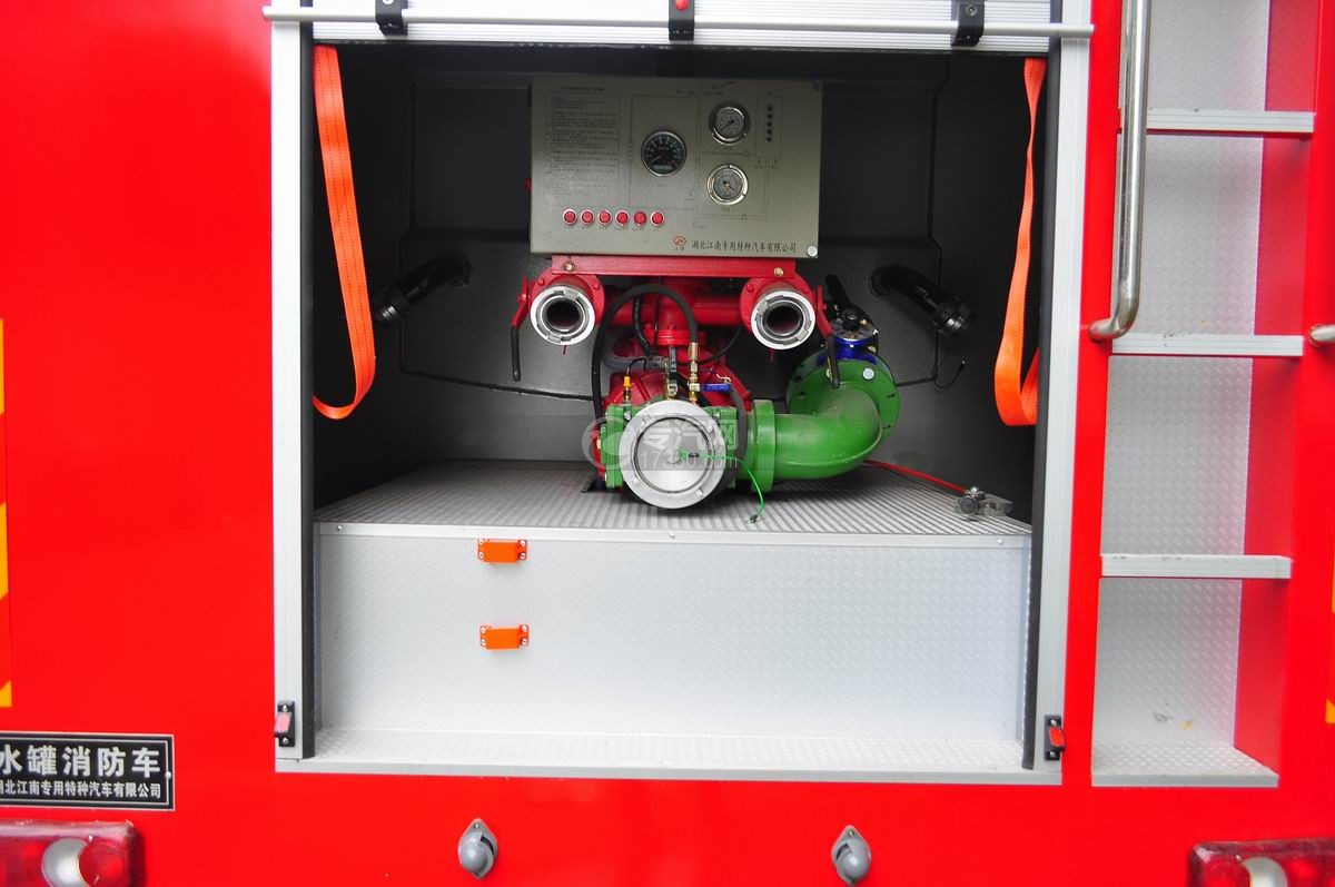 东风153水罐消防车消防泵室