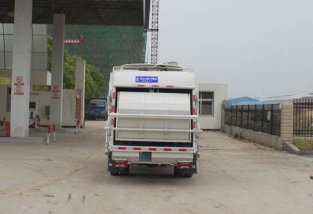 南京跃进压缩式垃圾车后面图