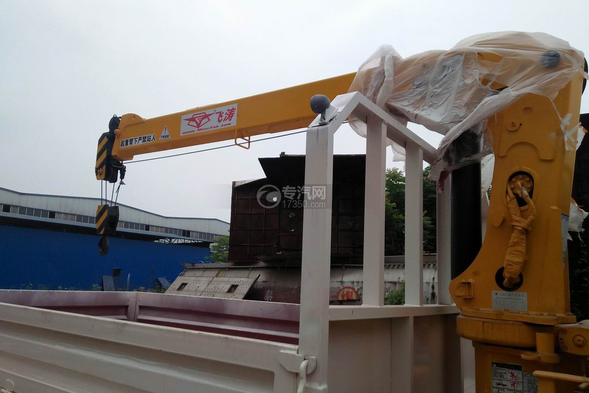 大运奥普力2吨飞涛直臂随车吊吊机与货箱1