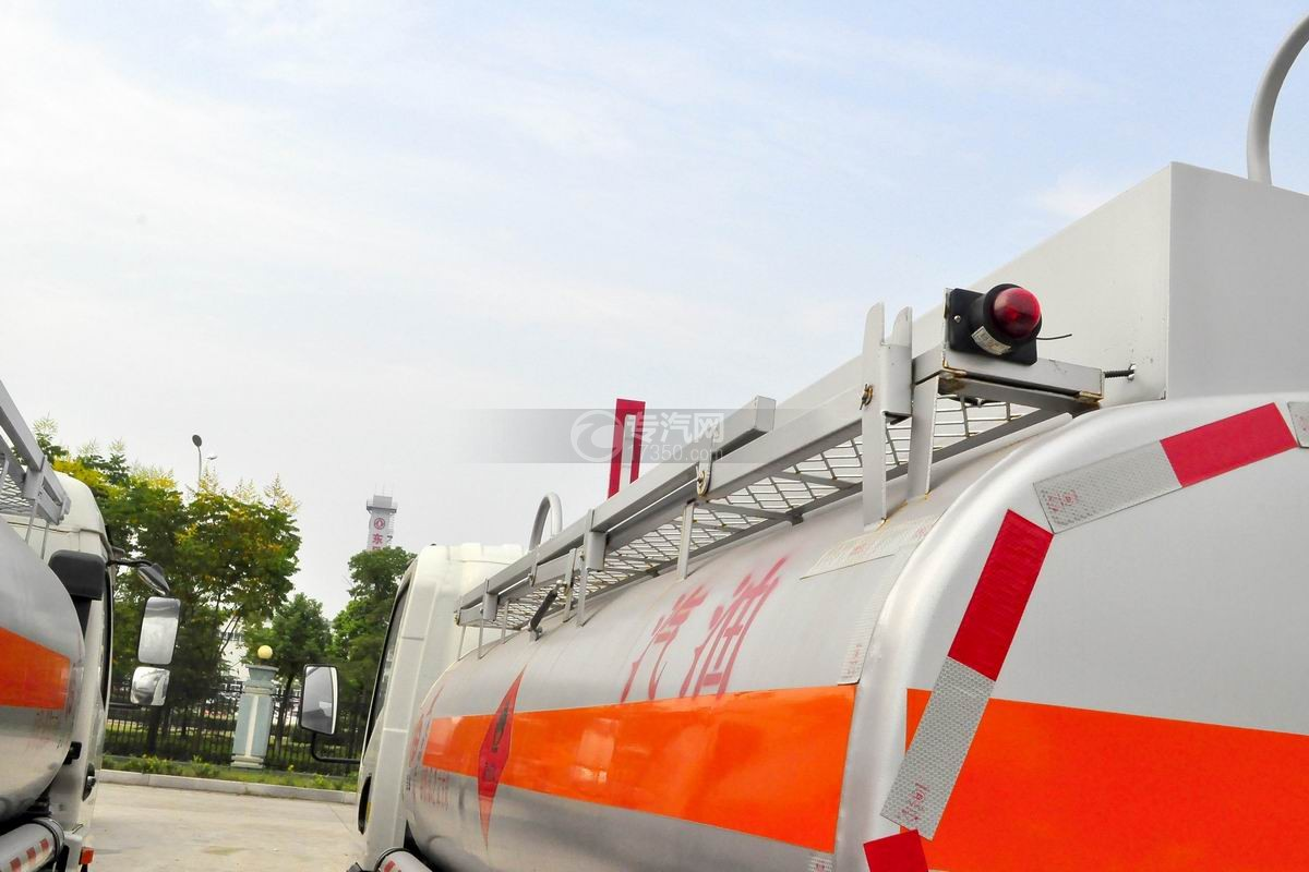 重汽豪沃5.2方加油车不锈钢防护栏