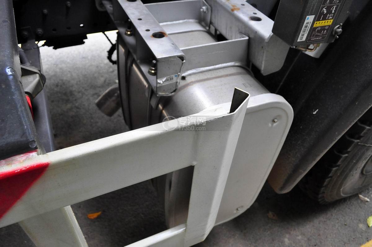 重汽斯太尔M5G后双桥对接垃圾车尾气处理装置