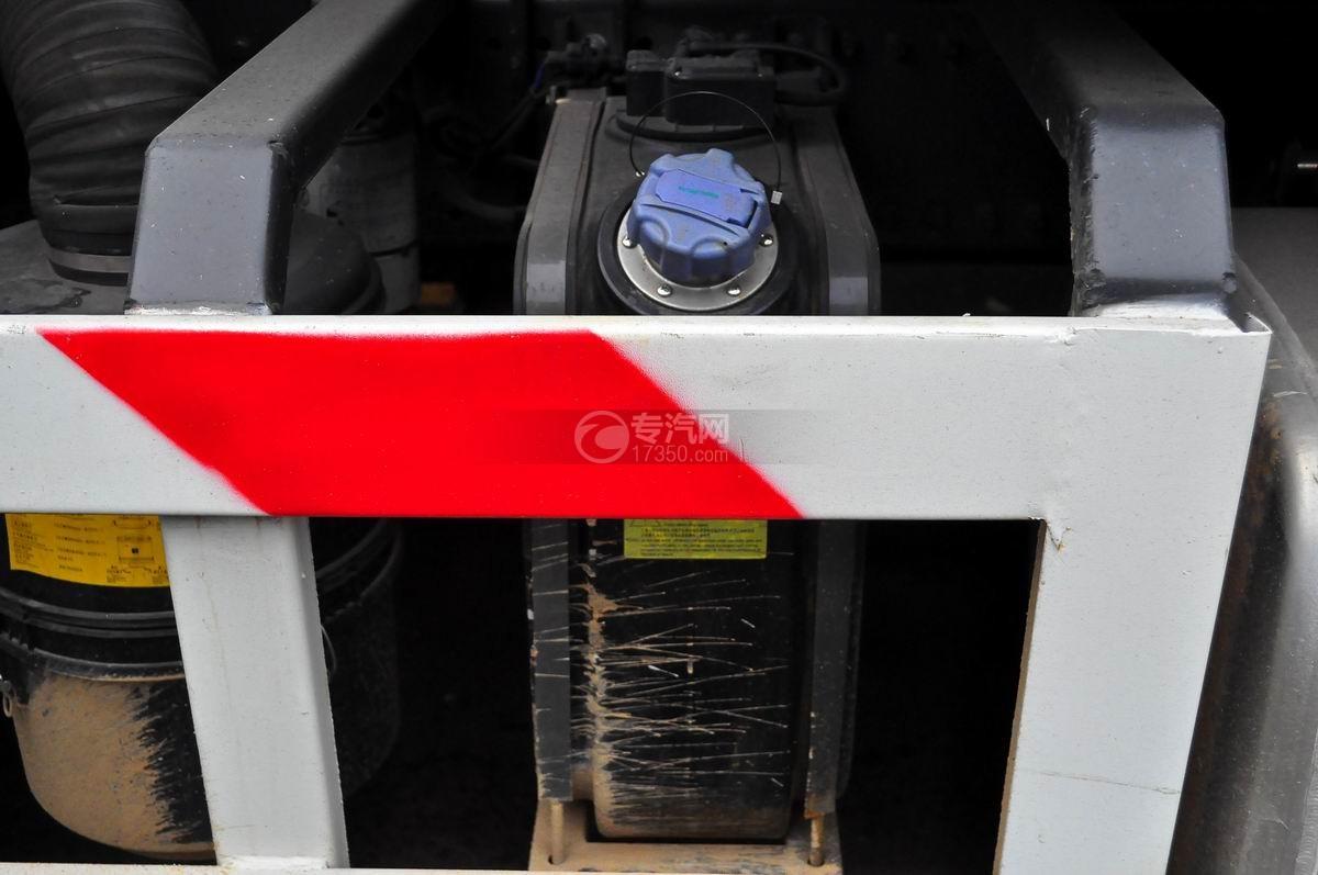重汽斯太尔M5G后双桥对接垃圾车液压油箱