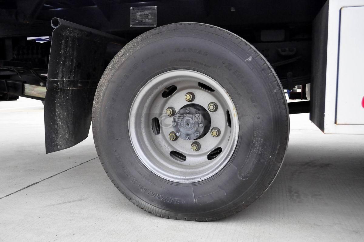 大运奥普力蓝牌一拖二清障车(带液压尾板)后胎