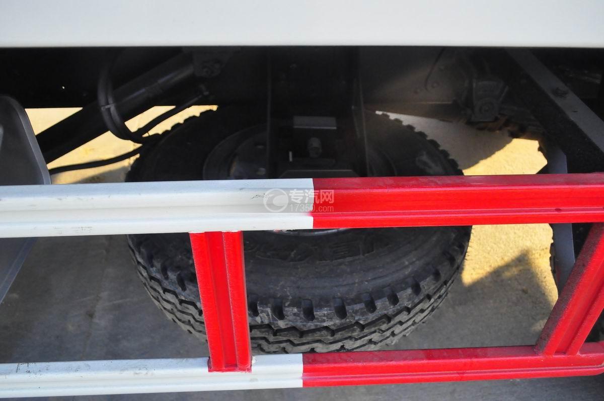 大运奥普力平板带吊清障车备胎