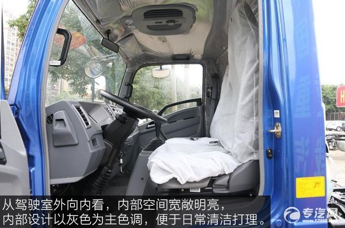 中国重汽HOWO悍将143马力4.2米单排轻卡驾驶室内部空间