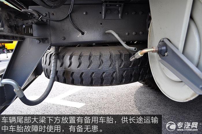 车辆尾部大梁下方放置有备用车胎