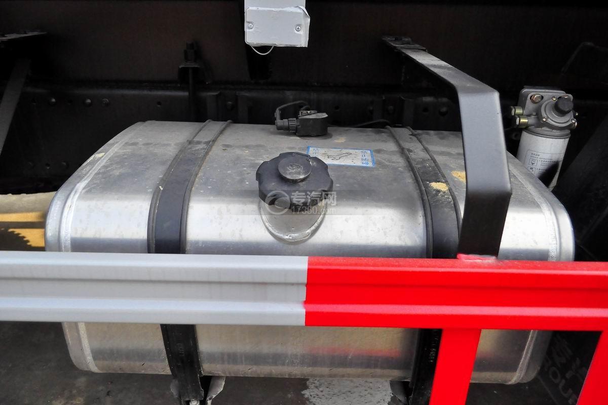 解放龙V小三轴13.9方硝酸运输车油箱