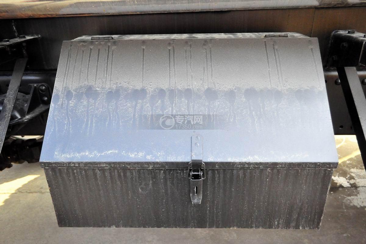 解放龙V小三轴13.9方硝酸运输车工具箱