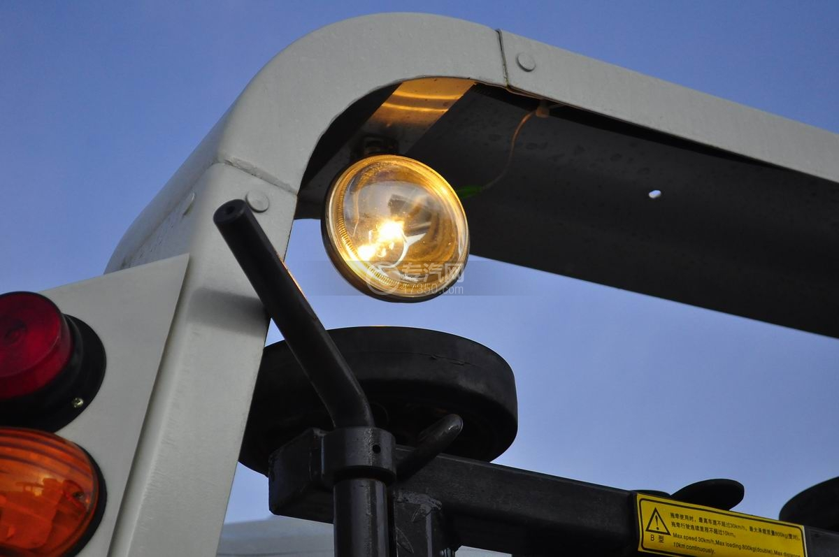 大运奥普力蓝牌一拖二平板清障车照明灯