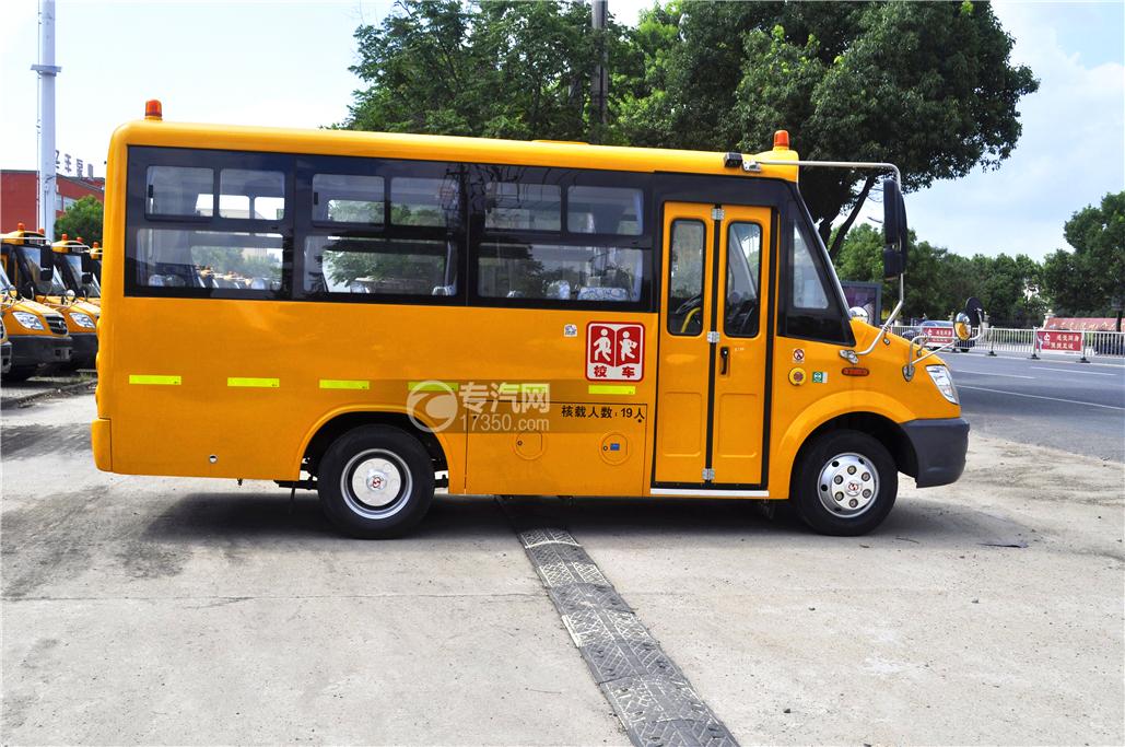 少林18座幼儿园校车侧面1