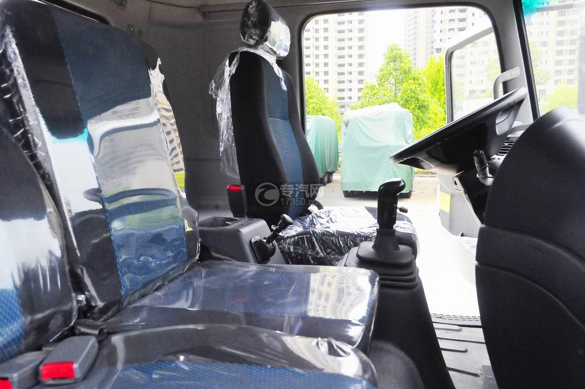 陕汽轩德X6前四后八国五7.4方搅拌车驾驶室空间