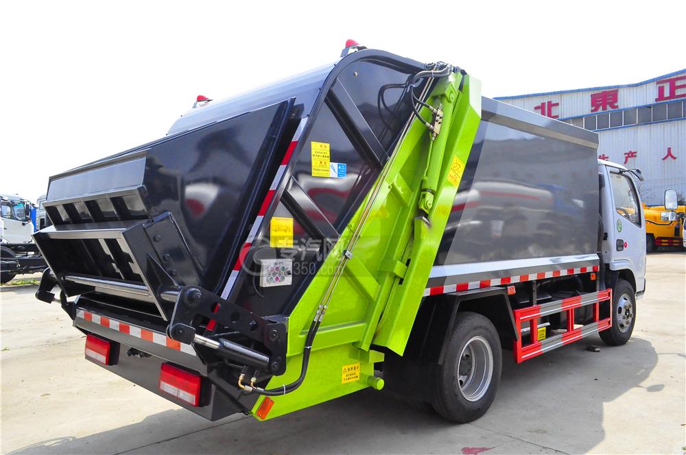 东风多利卡D6压缩垃圾车左后方