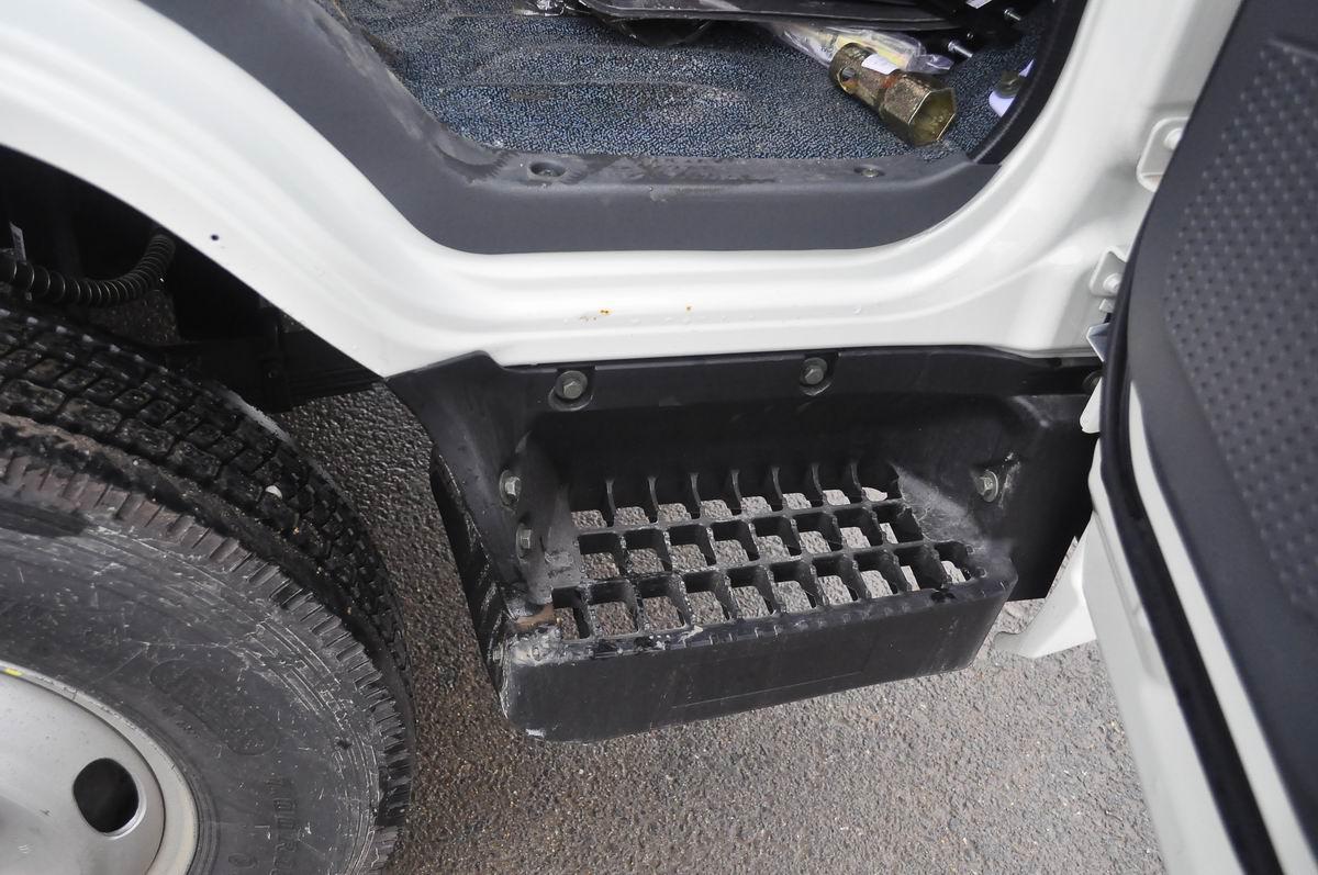 大运奥普力蓝牌单排冷藏车上下车踏板