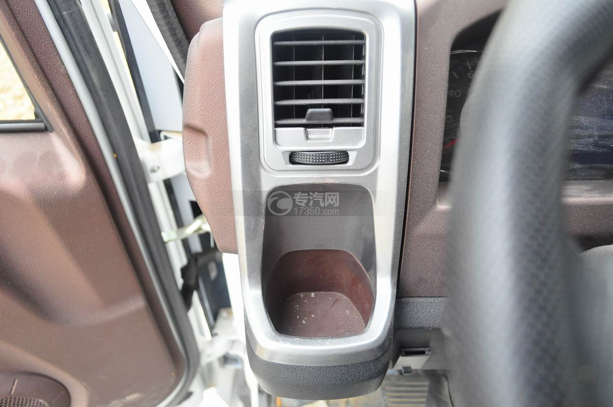 重汽王牌混凝土搅拌车空调出风口与储物格